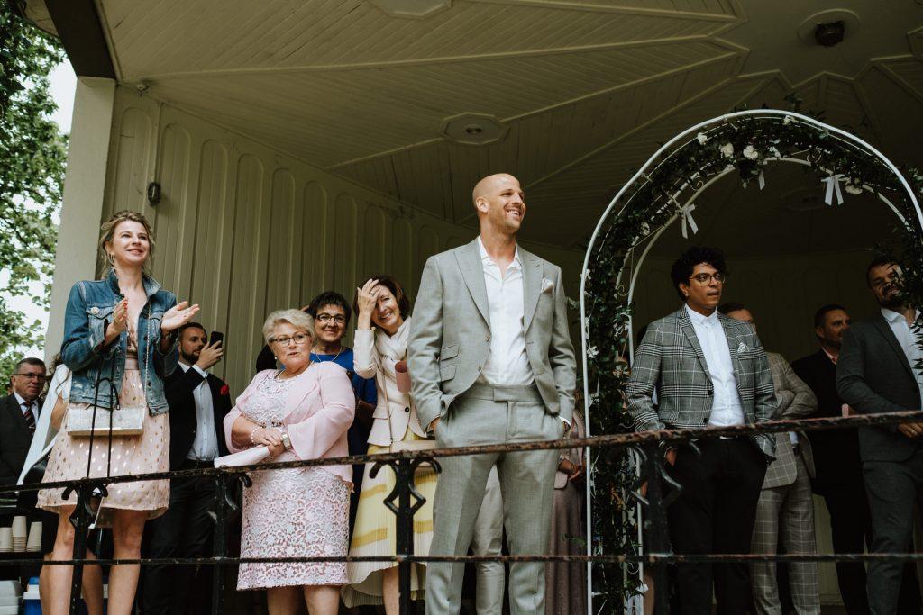 Bräutigam wartet auf Braut freie Trauung im Pavillon Schlossgarten in Münster