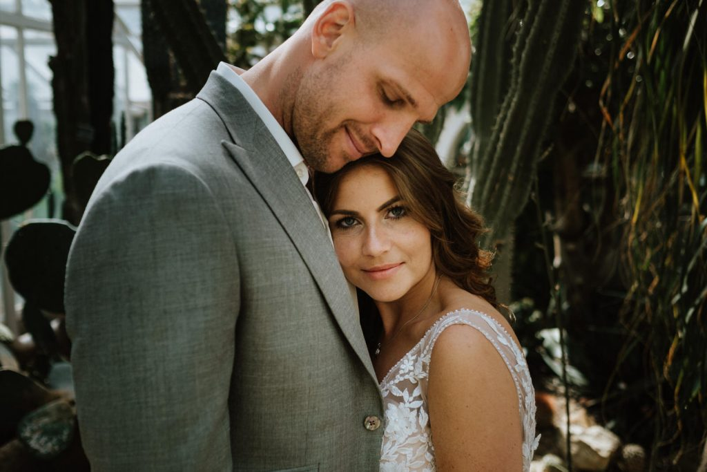 Brautpaar beim Fotoshooting im botanischen garten in Münster